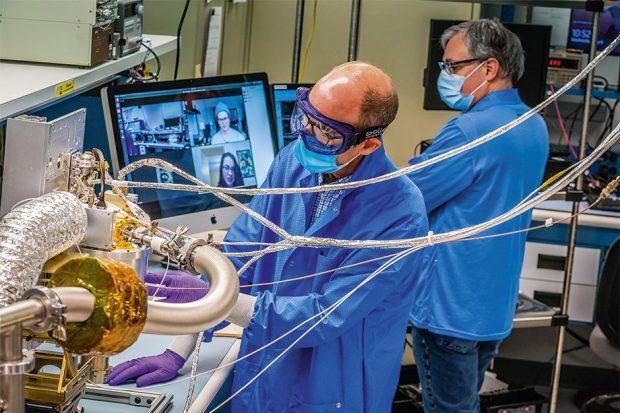 मैरीलैंड, यूएसए में जॉन्स हॉपकिन्स एप्लाइड फिजिक्स लेबोरेटरी के इंजीनियर साइके अंतरिक्ष यान की गामा किरण और न्यूट्रॉन स्पेक्ट्रोमीटर पर काम करते हैं © मैक्सार