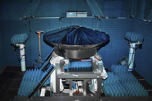 मानस अंतरिक्ष यान के उच्च लाभ वाले एंटीना में 2020 के अंत में परीक्षण चल रहा है © जॉन्स हॉपकिन्स एपीएल / क्रेग वीमन