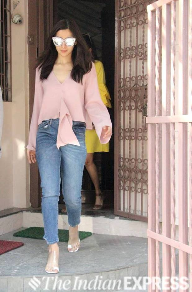 Alia Bhatt, Alia Bhatt fashion, Alia Bhatt latest news, Alia Bhatt latest pics, Alia Bhatt street style, Alia Bhatt latest photos, Alia Bhatt casual fashion, bollywood fashion, Alia Bhatt updates, celeb fashion, bollywood fashion, indian express, indian express news