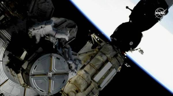 Spacewalking astronauts swap out space station's batteries ...
