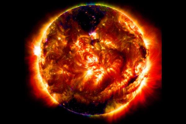 De zon bekijk enorme uitbarstingen op de zon door de