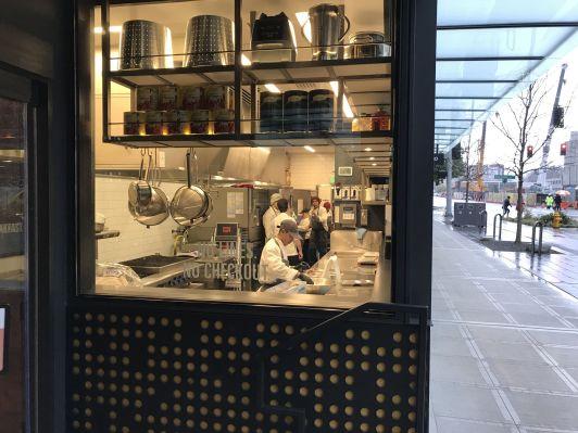Il est possible d'observer les préparateurs en cuisine depuis l'extérieur