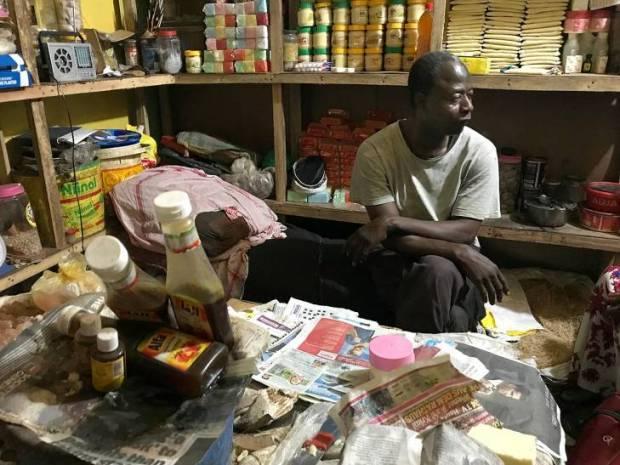 Sainey Faye, dans sa petite boutique de Serrekunda, raconte à JusticeInfo les tortures qu'il a subi sous le régime de Yahya Jammeh en 1995.