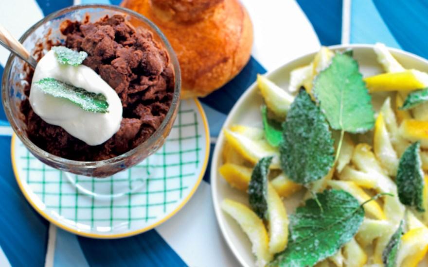 Granita al cioccolato, cedro ghiacciato e foglie croccanti.