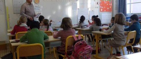 Au tableau, Christophe Larrocan donne un cours de maths aux élèves de CP, le tout en occitan./ Photo DDM, A.T.