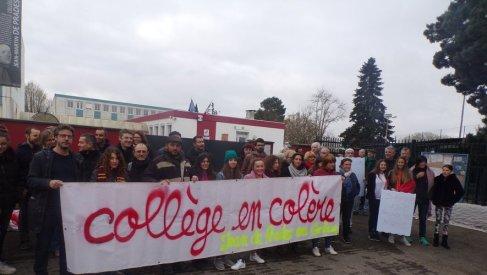 Parents d'élèves et professeurs se sont mobilisés ce matin à l'entrée du collège Jean-de-Prades pour protester contre la modification de la carte scolaire et la suppression de moyens.