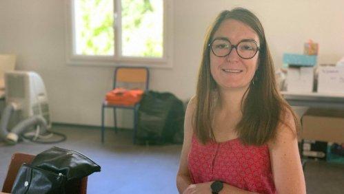 Marion Léon, responsable de Féminité sans abri dans le Tarn-et-Garonne, présente les kits de l'initiative.