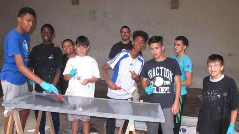 Décaper, dérouiller, reboucher, repeindre, tel est la mission des volontaires du chantier jeunesse.