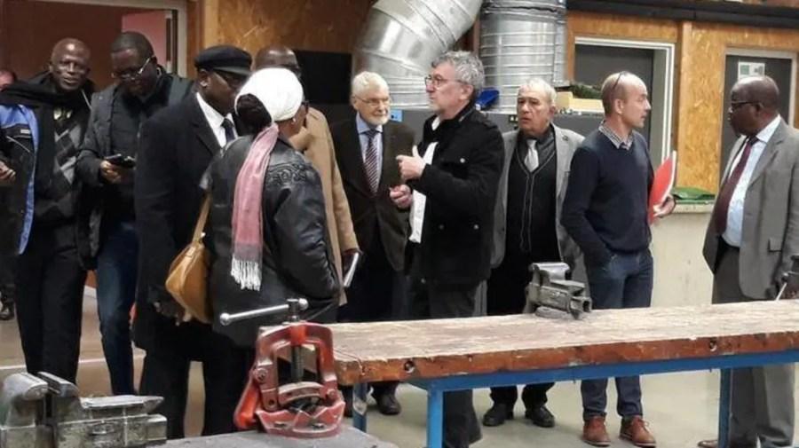La délégation ivoirienne dans les ateliers, autour du proviseur Michel Soulas.