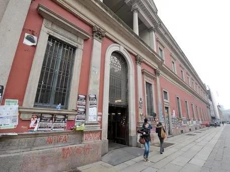 Un'immagine dell'universita Statale di Milano, 31 gennaio 2013. Allarme per l'università italiana. In dieci anni gli immatricolati sono scesi da 338.482 (anno accademico 2003-2004) a 280.144 (2011-2012), con un calo di 58.000 studenti (-17%); come se in un decennio fosse scomparso un intero ateneo di grandi dimensioni come la Statale di Milano. ANSA/DANIEL DAL ZENNARO