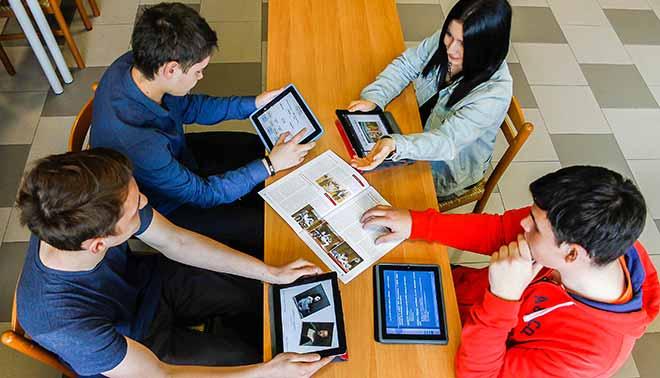ragazzi studiano con tablet