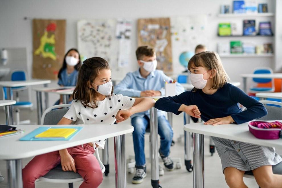 bambini a scuola gomito