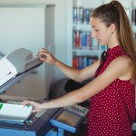 studentessa fotocopia libri universitari