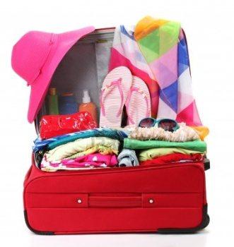 15249313-valigia-viaggio-rossa-con-oggetti-personali-isolato-su-bianco
