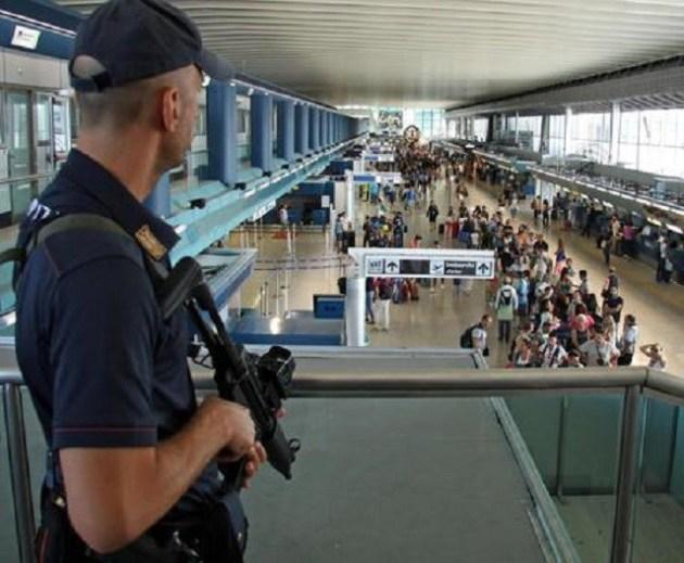 Controlli di polizia all'aeroporto di Fiumicino ANSA/TELENEWS