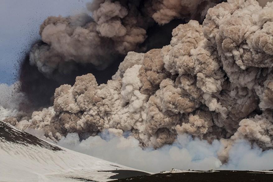 Colonna di gas colma di cenere e materiale piroclastico avvenuta il 28 febbraio 2013.