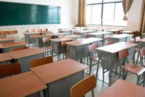 banchi di scuola vuoti
