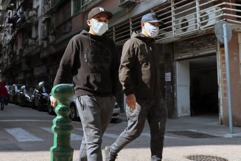 uomini con mascherina