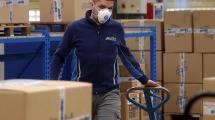Magazziniere a lavoro con la mascherina