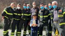 I Vigili del Fuoco del Comando Provinciale di Catania assieme a un loro piccolo ammiratore