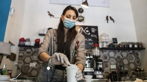 Cameriera al bar prepara caffè d'asporto