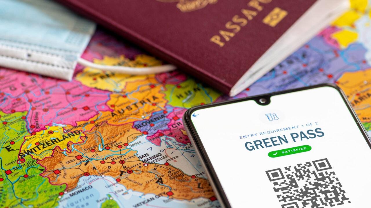 Draghi firma decreto sul Green Pass: cos'è e come funziona