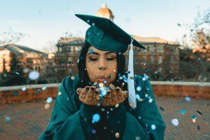 Studentessa festeggia la sua laurea