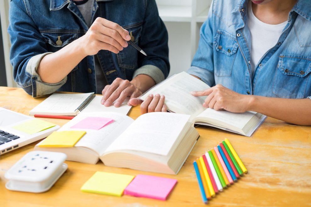 Studenti sui libri