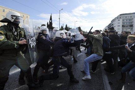 Les manifestants aspergés de gaz lacrymogènes faisaient pression... (Photo: AFP)