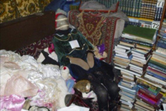 Les corps sont habillés, leurs visages sont recouverts de têtes de  poupées ou de peluches, et les mains et les jambes ont été habillées de  collants ou de chaussettes.