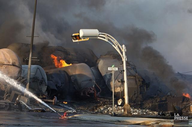 Des wagons-citernes enflammés, dans le centre-ville de Lac-Mégantic.... (Photo: Robert Skinner, La Presse)