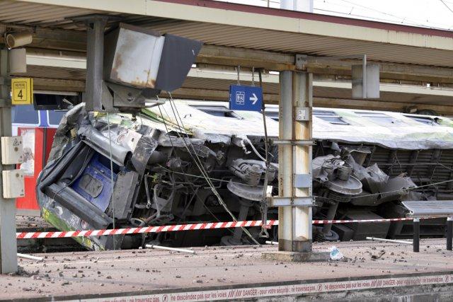 Le train s'est scindé en deux pour une... (PHOTO KENZO TRIBOUILLARD, AFP)