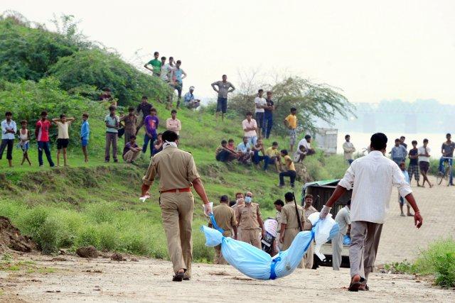 Des corps flottants dans des rivières ont été... (PHOTO SANJAY KANOJIA, ARCHIVES AFP)