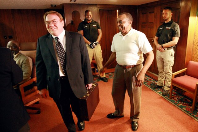 Jonh Abbar du KKK et Jimmy Simmons de... (PHOTO ALAN ROGERS, ARCHIS AP/CASPER STAR-TRIBUNE)