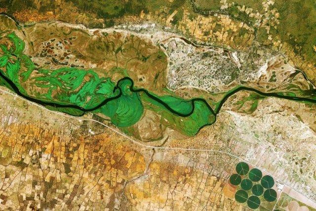 Le fleuve Okavango, qui constitue la frontière naturelle... (PHOTO AGENCE SPATIALE EUROPÉENNE)