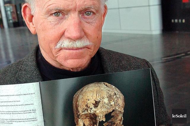 Le Dr William Keslo présente le crâne servant... (Le Soleil, Jean-Marie Villeneuve)