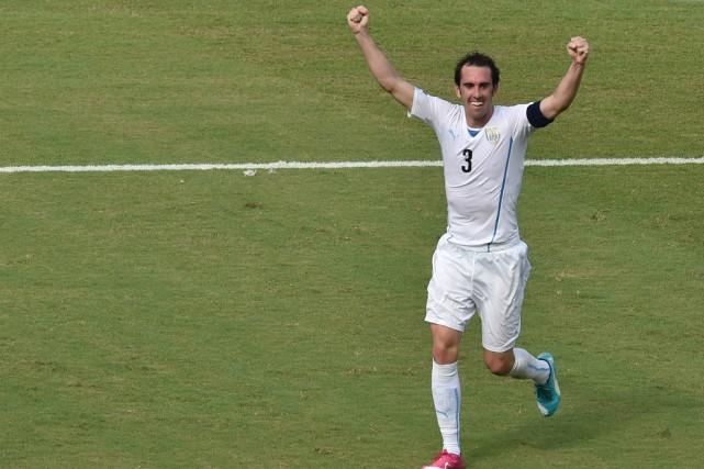 Le défenseur Diego Godin de l'Uruguay festoie après... (PHOTO YASUYOSHI CHIBA, AFP)