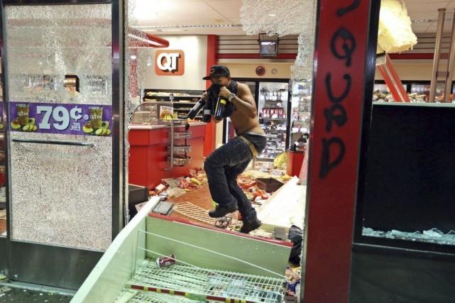 Des émeutes ont éclaté et des magasins ont... (PHOTO DAVID CARSON, AP)