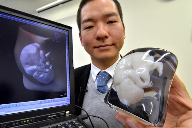 Un employé de Fasotec montre un foetus modélisé.... (PHOTO YOSHIKAZU TSUNO, ARCHIVES AGENCE FRANCE PRESSE)