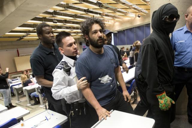 Le militant Hamza Babou (au centre, avec la... (PHOTO PATRICK SANFAÇON, LA PRESSE)