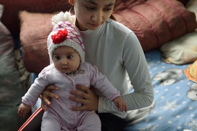 Lorena, 15 ans, tient dans ses bras sa... (PHOTO AFP)