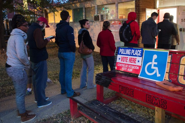 Les Américains ont pu commencer à voter dès... (photo AFP)