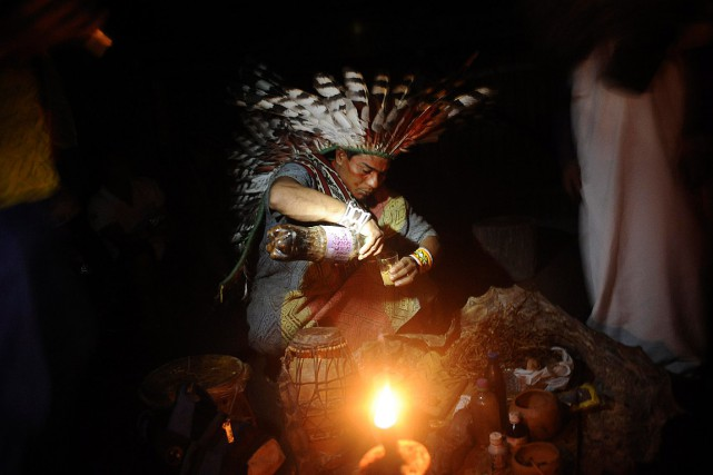 Un indien Huni Kui prépare la boisson ayahuasca... (PHOTO Lunae Parracho, ARCHIVES REUTERS)
