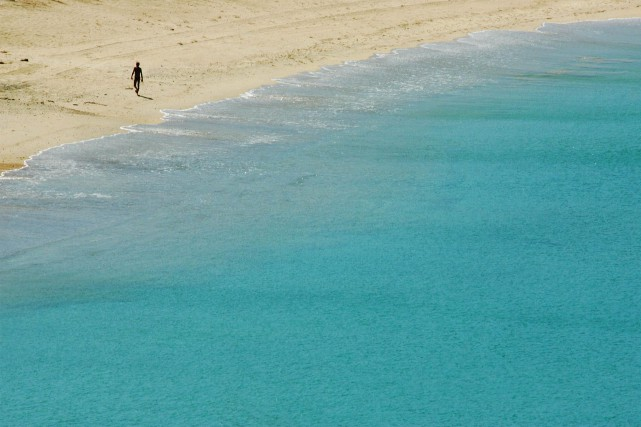 Un touriste marche sur une plage de l'île... (Photo Bazuki Muhammad, archives REUTERS)