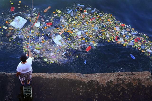 L'enfouissement d'une «montagne d'ordures» en mer près de Beyrouth en vertu... (Photo Hassan Ammar, archives Associated Press)