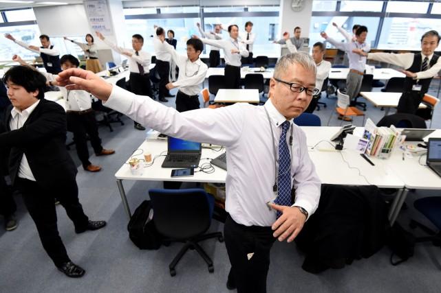 Mine sérieuse, attitude appliquée dans leurs costumes, ils s'étirent, balancent... (PHOTO AFP)
