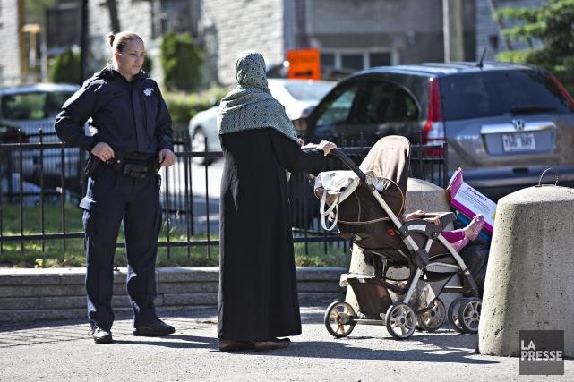 Les policiers et enquêteurs ont passé toute la... (PHOTO PATRICK SANFAÇON, LA PRESSE)