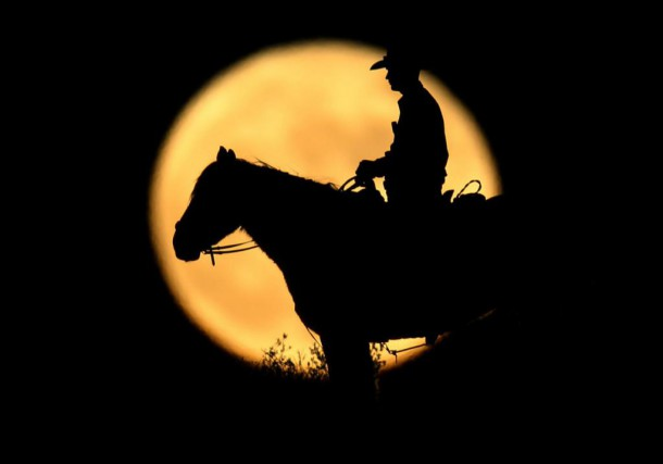 A full moon rises behind U.S. Border Patrol... (photo Mike Blake, archives reuters)