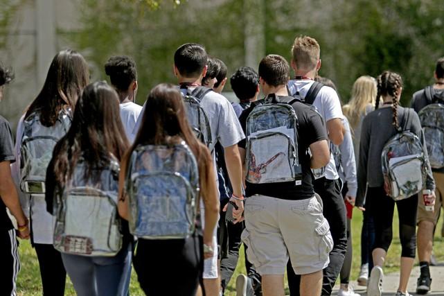 Les élèves de l'école secondaire Marjory Stoneman Douglas... (PHOTO JOHN MCCALL, SOUTH FLORIDA SUN-SENTINEL VIA AP)