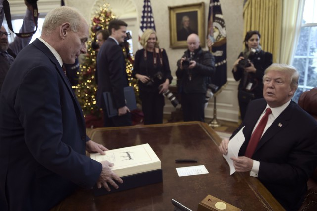 La manie de DonaldTrump de déchirer les documents... (ARCHIVES AFP)